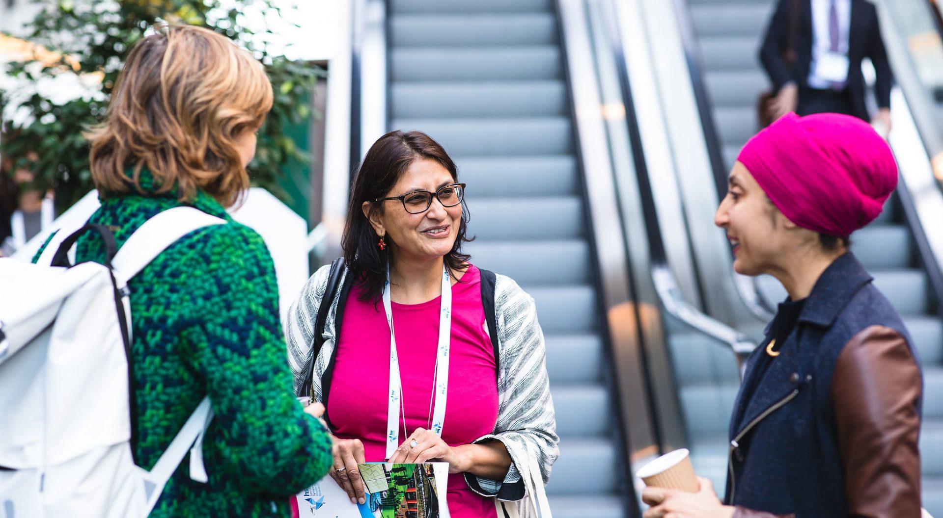 Women talking at HSR2018